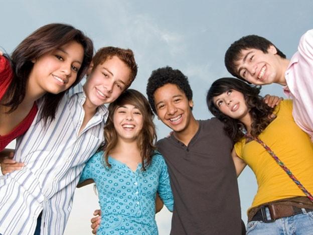 Es muy importante conocer las nuevas maneras que los adolescentes tienen para relacionarse con sus amigos. Veamos las formas más modernas de interacción